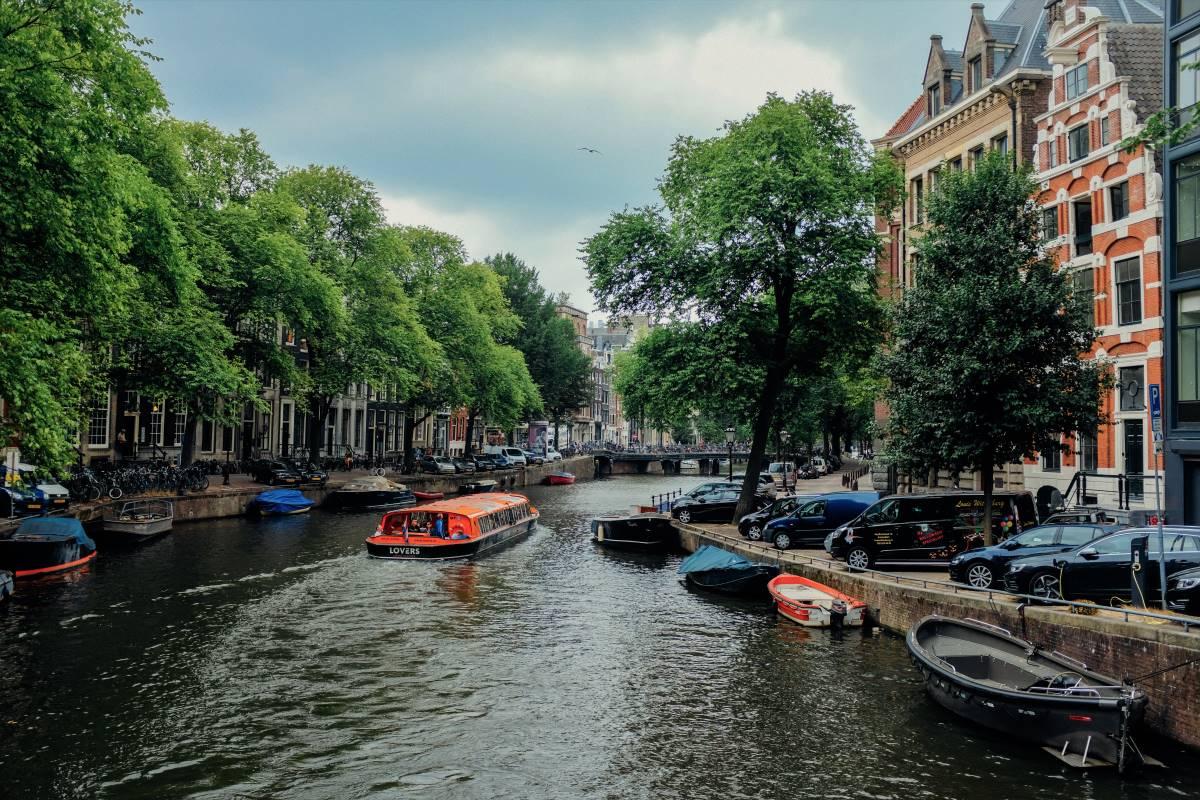 Must see seværdigheder og oplevelser i Amsterdam - Kanalrundfart - Rejs Dig Lykkelig