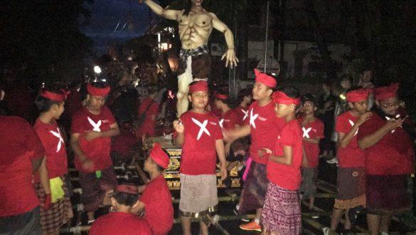 Fotodagbog fra Ubud - Ough Ough parade aftenen før Nyepi Day - Rejsdiglykkelig.dk