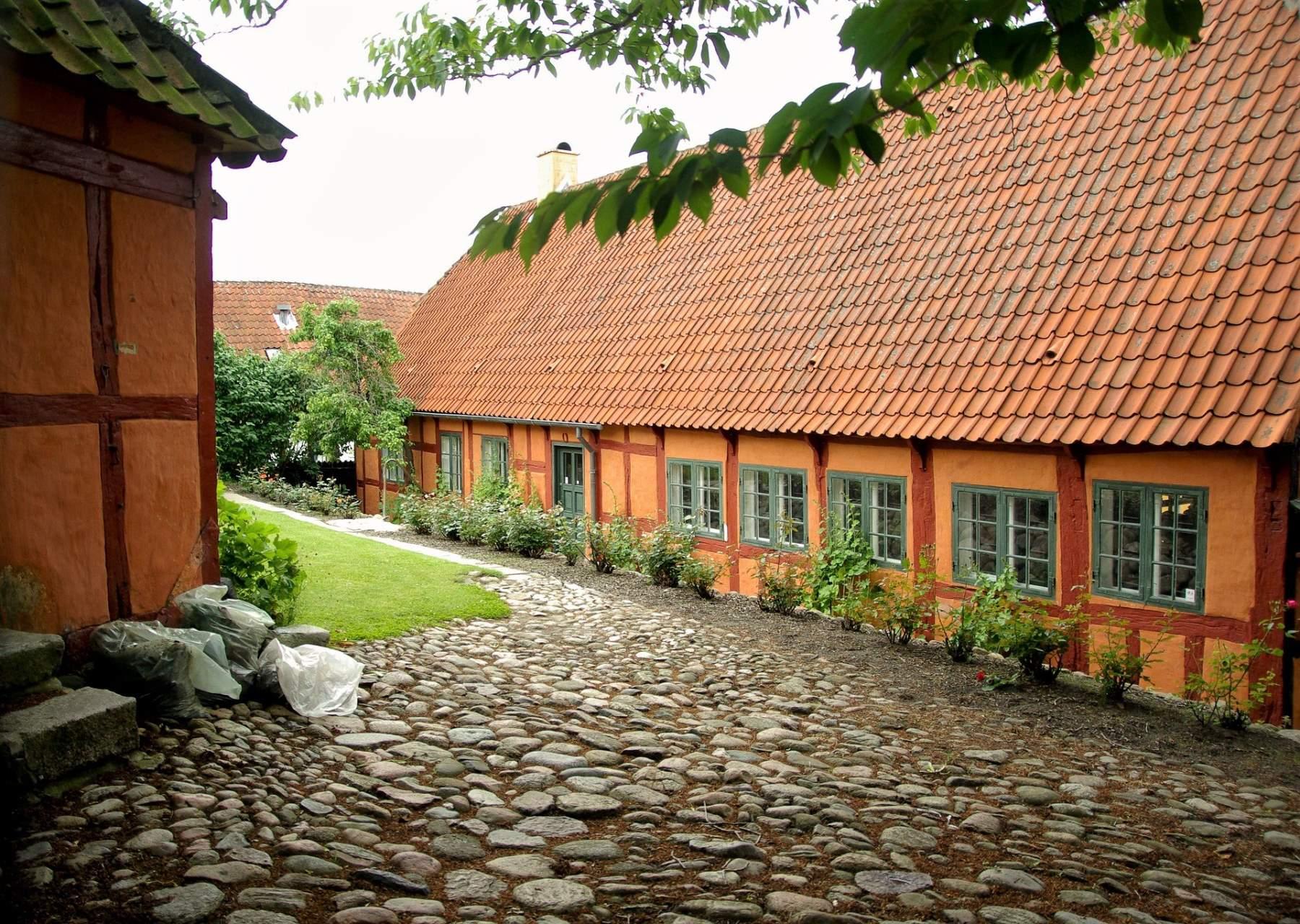 Seværdigheder og Oplevelser i Ebeltoft - Farvegården - Rejs Dig Lykkelig