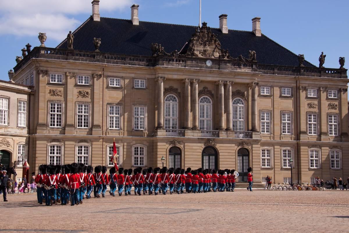 Vagtskifte på Amalienborg - Rejs Dig Lykkelig