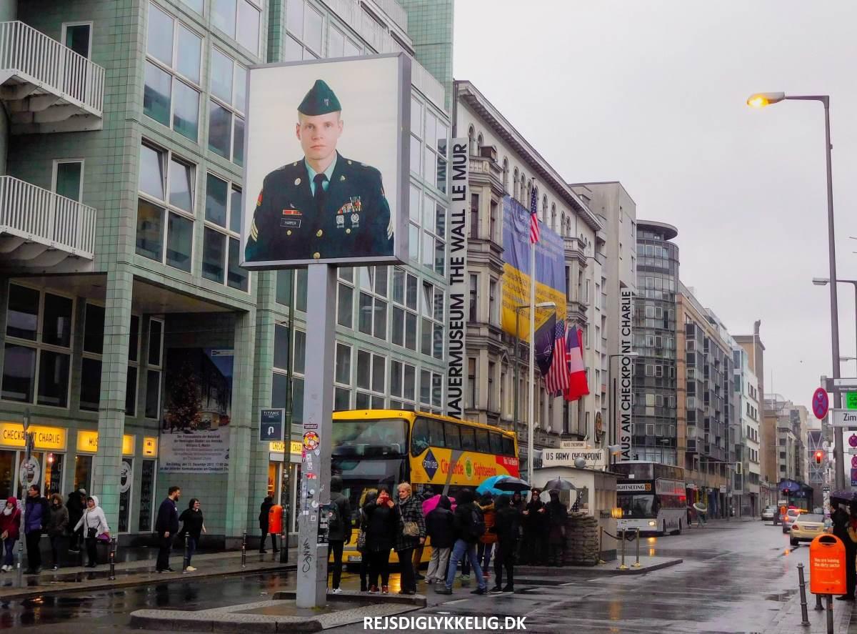 31 Must-See Seværdigheder i Berlin - Checkpoint Charlie - Rejs Dig Lykkelig