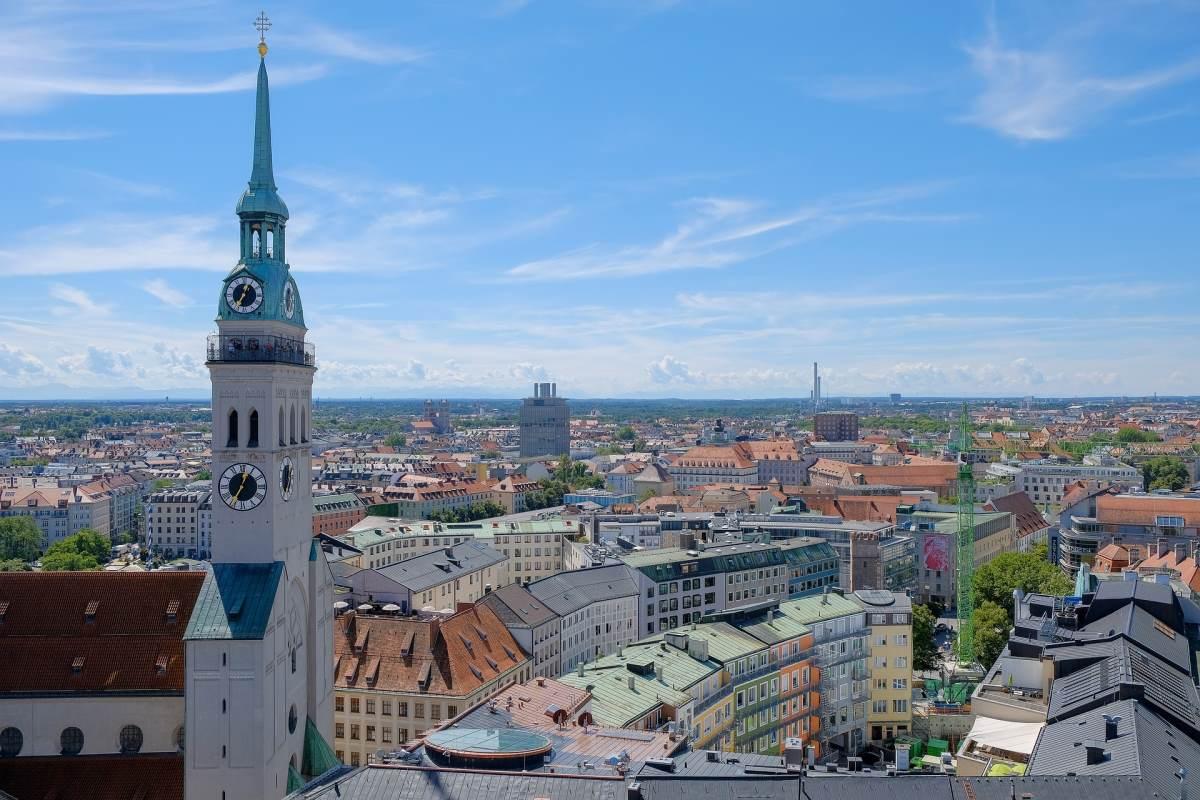 24 Must-See Seværdigheder og Oplevelser i München - St. Peterskirken - Rejs Dig Lykkelig