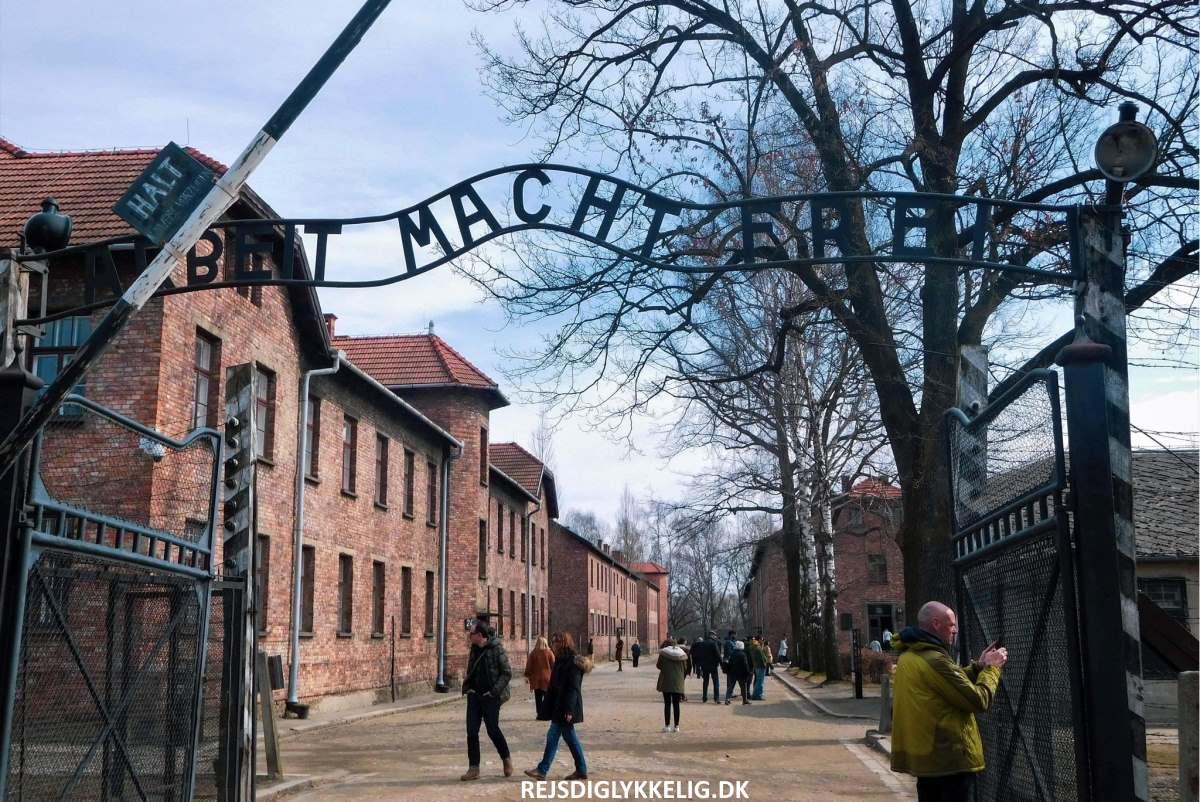 Indgangen til koncentrationslejren - Rejs Dig Lykkelig